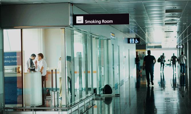 zona fumadores aeropuerto